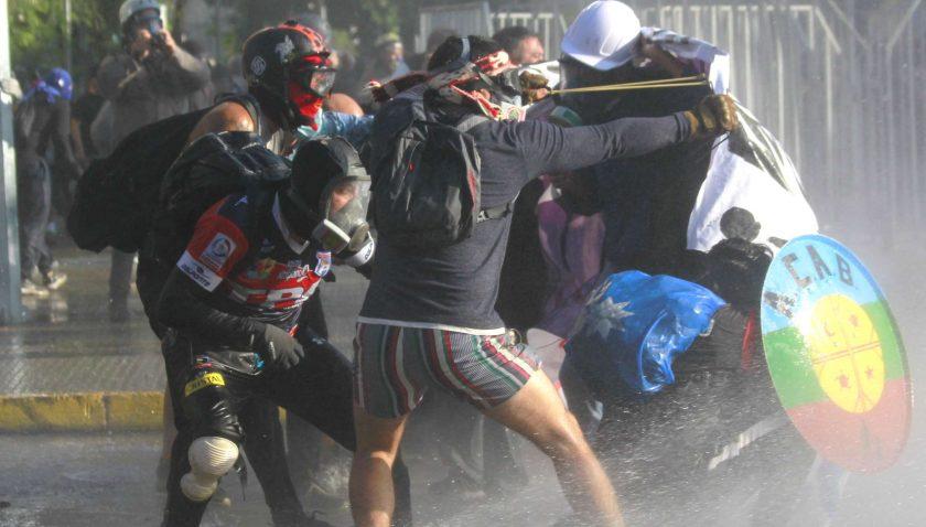 Şili karıştı! Hükümet karşıtı protestolarda polisle halk çatıştı