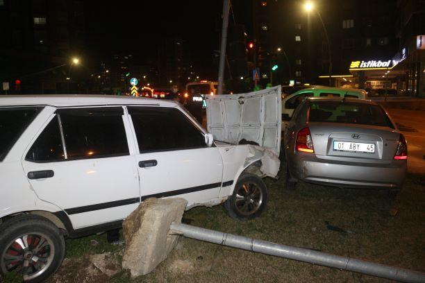 İki araba birbirine girdi:  2 yaralı