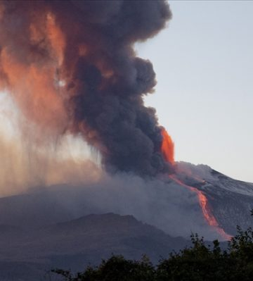 İtalya'da Etna Yanardağı yeniden faaliyete geçti!