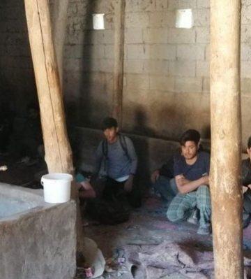 Ahır içinde 42 kaçak Afgan göçmen yakalandı